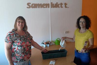 coördinatoren van SchuldHulpMaatje West-Friesland met het bloemzaad van de ProminentenPrijs