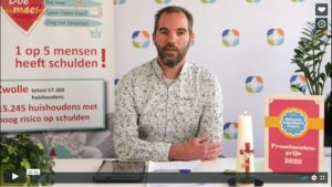 voorzitter SchuldHulpMaatje Nederland bedankt Eppo Bruins voor de voordacht voor de Prominentenprijs
